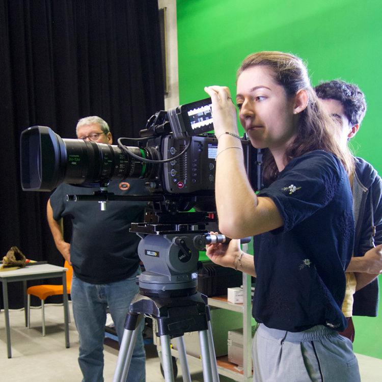 Les étudiants de 3e année découvrent les deux nouvelles caméras à leur disposition.